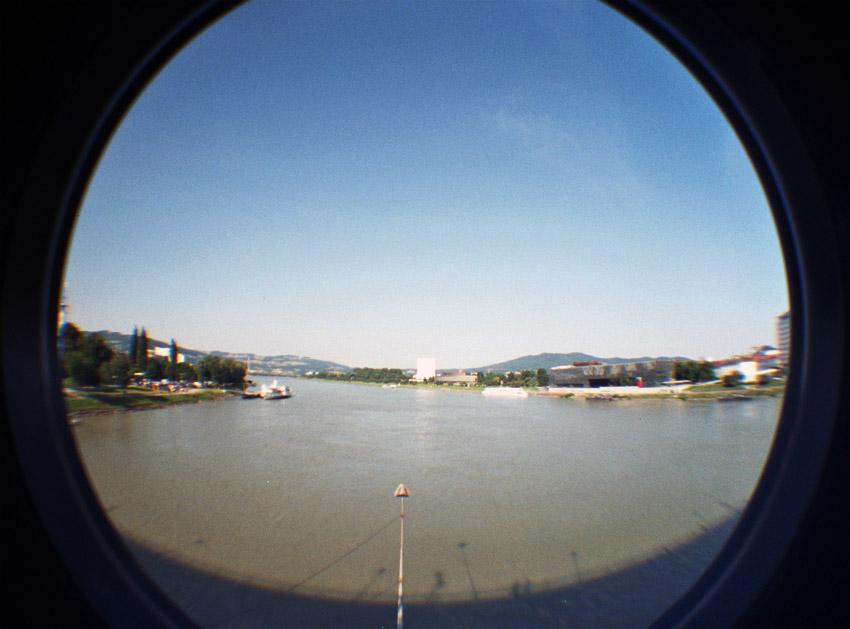 Donau, Linz, Schatten der Nibelungenbrücke