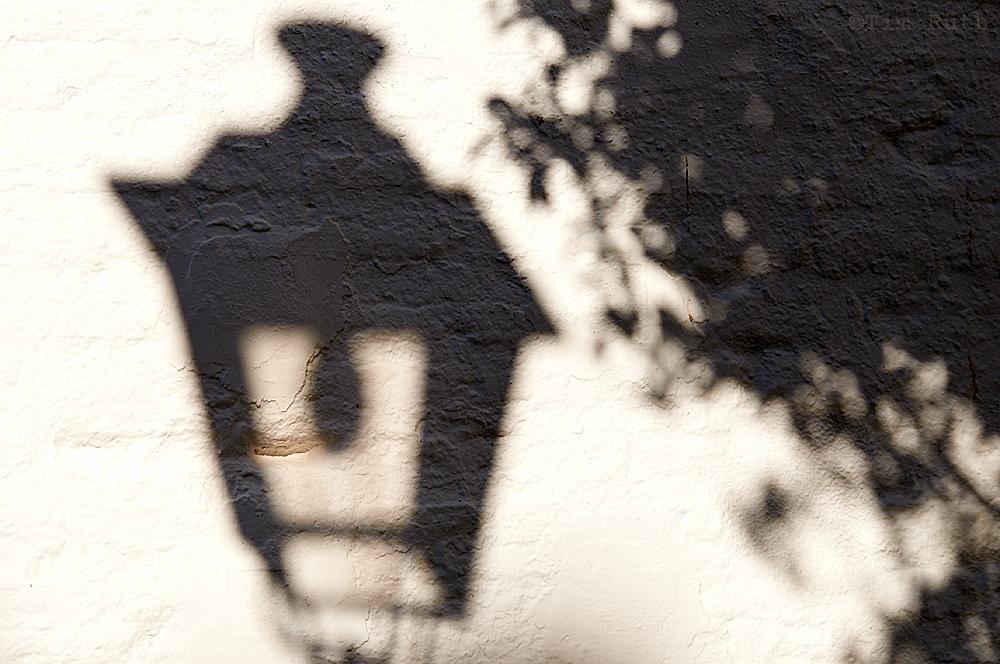 - donde hay farol, también existe la sombra -
