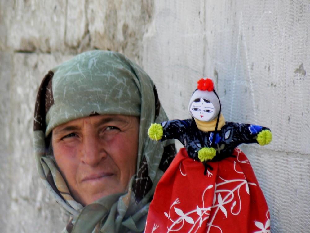 donna che vende bamboline a Goreme Cappdocia
