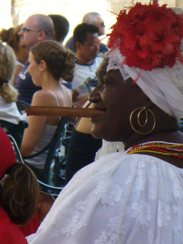 donna cubana con sigaro