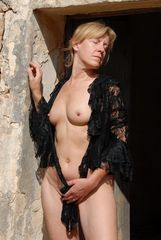 Donna in Black Lace