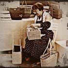 donna ..lavorazione delle borse ..in paglia