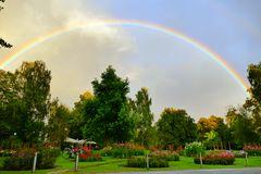 Doppel-Regenbogen über dem Park