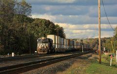 Doppelstock Container Zug der Norfolk & Southern nähert sich Cresson, PA, USA