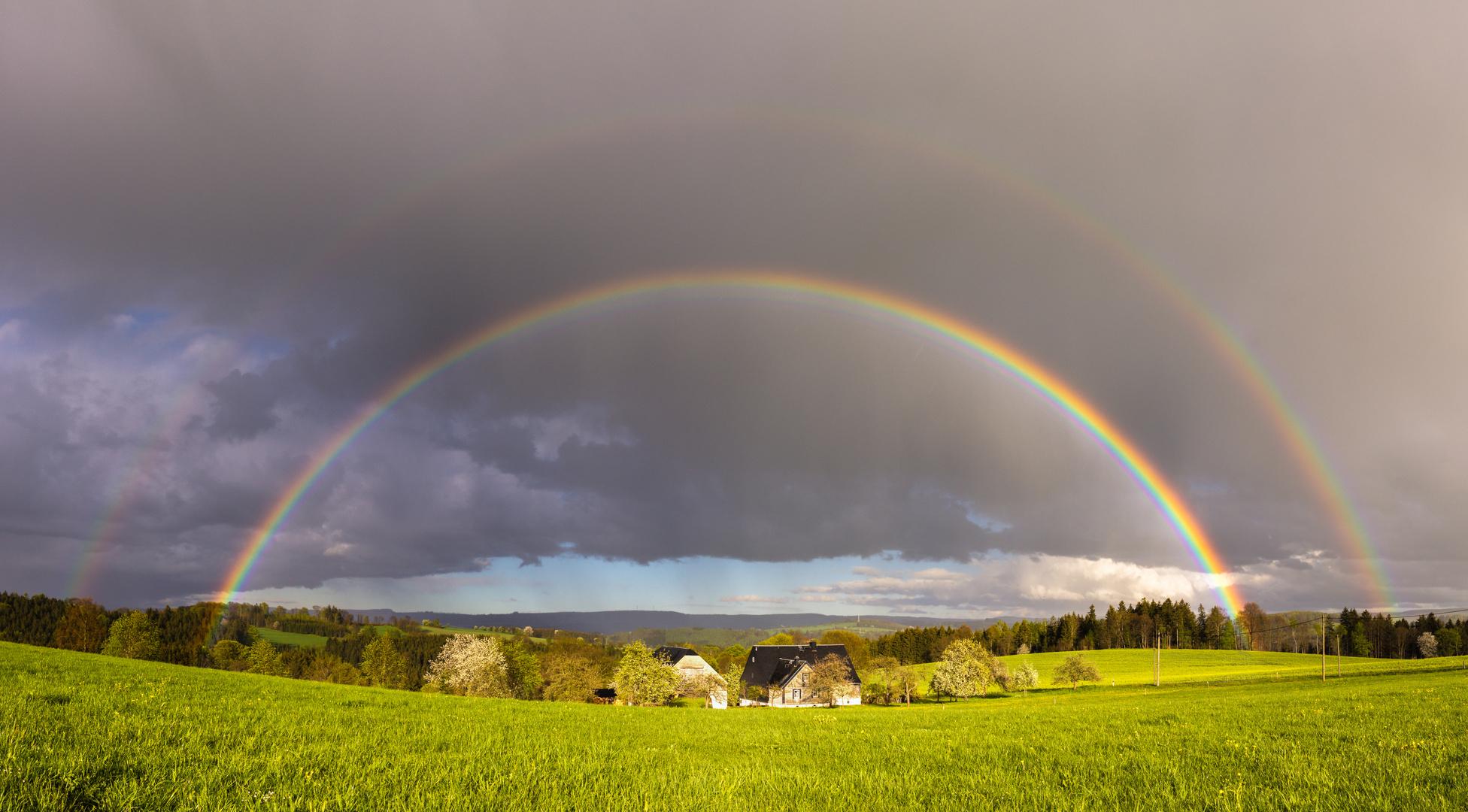 Doppelter Regenbogen mit Interferenzbogen