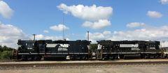 Doppeltraktion EMD GP38-2 Norfolk Southern stehen zum Rangieren auf dem Yard von Greenville,SC,USA