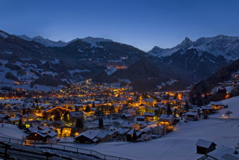 Dorf bei Nacht.