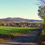 Dorf im Herbst