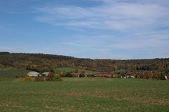 Dorf mit Biogasanlage im herbstlichen Gewand