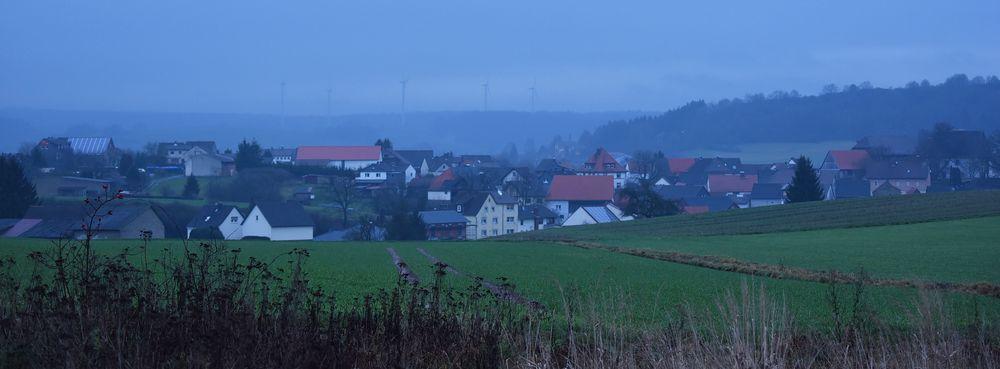 Dorfblick in der Dämmerung