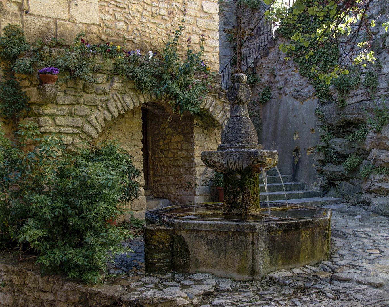 Dorfbrunnen von Crestet in der Provence