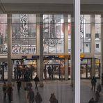 Dortmund Hbf im Feb. 2011: die Eingangshalle von innen nach Renovierung und Ersatz der Fensterbilder