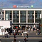 Dortmund Hbf im Feb. 2011: nach der Renovierung der Eingangshalle und Ersatz der 5 Fensterbilder