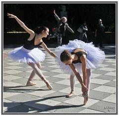 Dos bailarinas y un grandullón imitándolas. GKM5-III