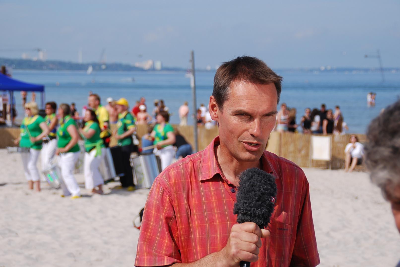 Dr. Meno Schrader bei der Arbeit am Strand !
