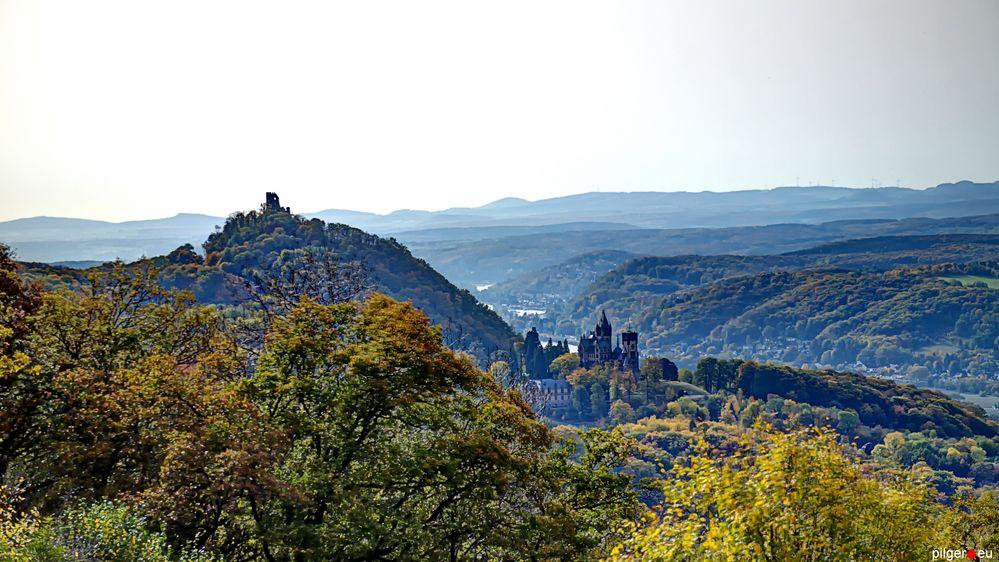 Drachenfels und Drachenburg im Gegenlicht