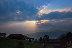 Dramatik am Himmel über den Bergen
