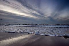 Dramatischer Himmel am Strand von Noord-Holland