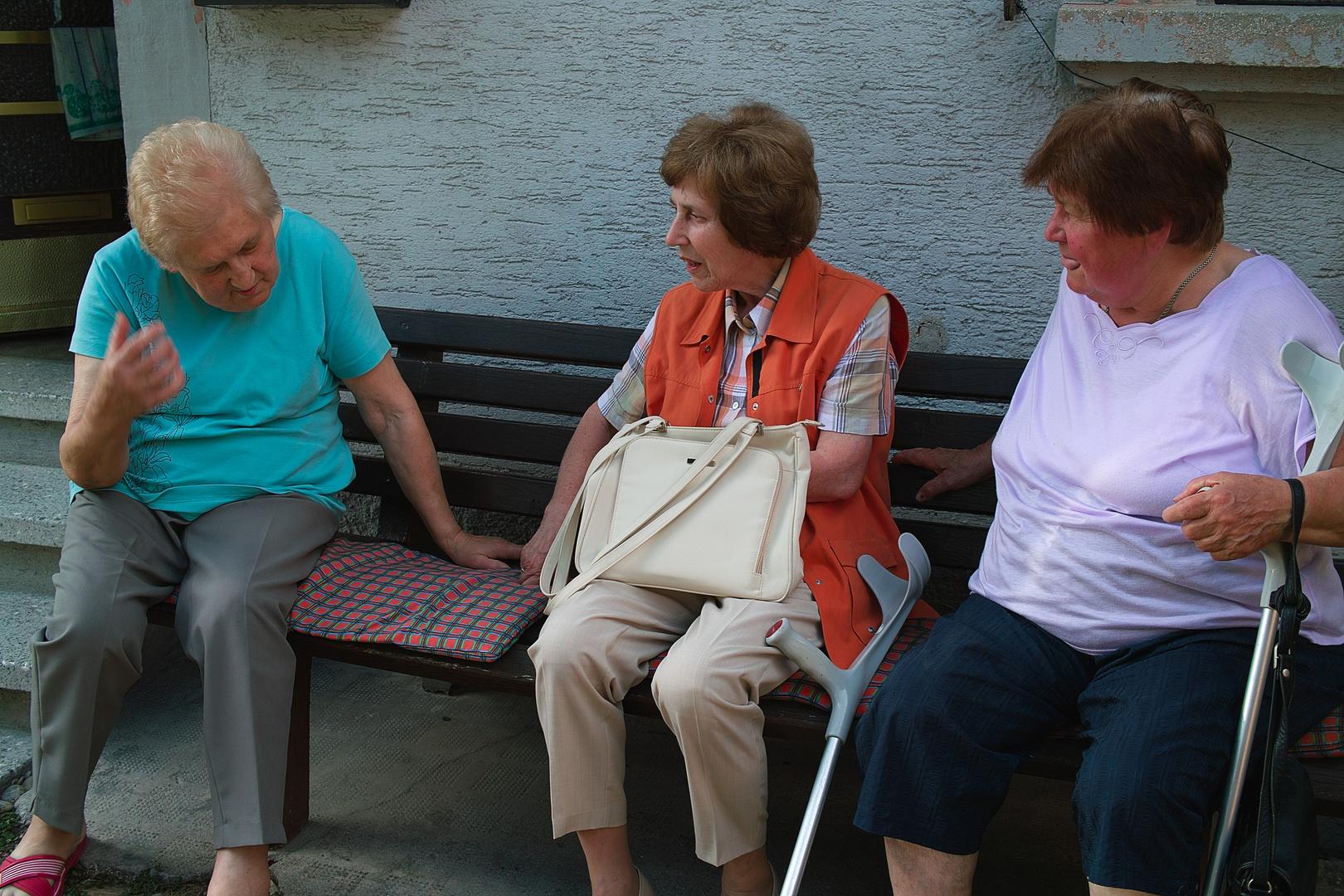 drei ltere damen sitzen auf einer bank und unterhalten sich miteinander foto bild. Black Bedroom Furniture Sets. Home Design Ideas