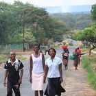 Drei auf der Strasse mit Blick auf die Wasserfälle ... in Sambia