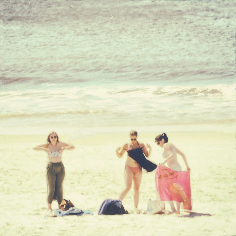 Drei Frauen am Strand