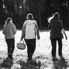 Drei Freundinnen auf dem Weg zur Pilzsuche im Wald