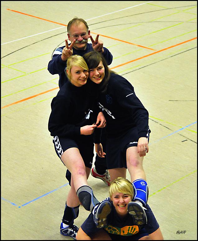 Drei Freundinnen mit ihrem Trainer.