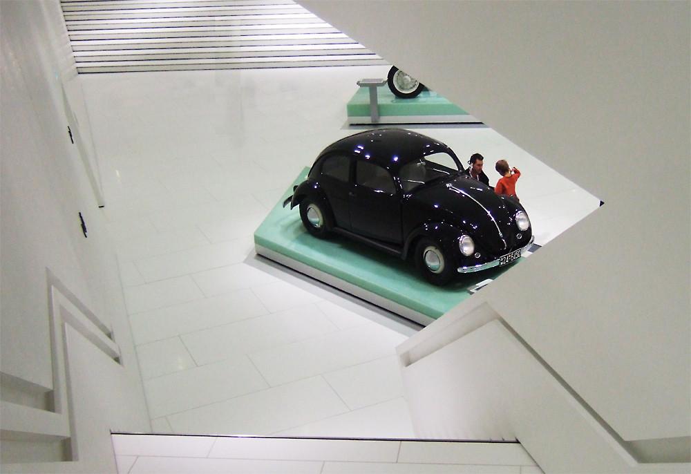 Drei Generationen: VW Käfer, Vater und Sohn