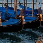 Drei Gondeln im Sonnenaufgang von Venedig.