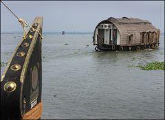 Drei Hausboote auf den Backwaters