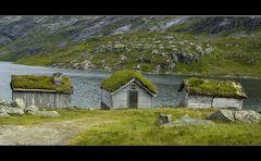 Drei Hütten am See