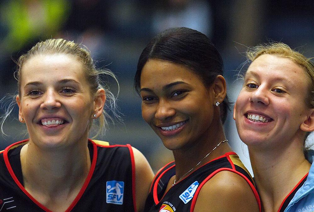 Drei sich freuende Damen