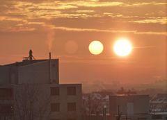 Drei Sonnen über Dächern