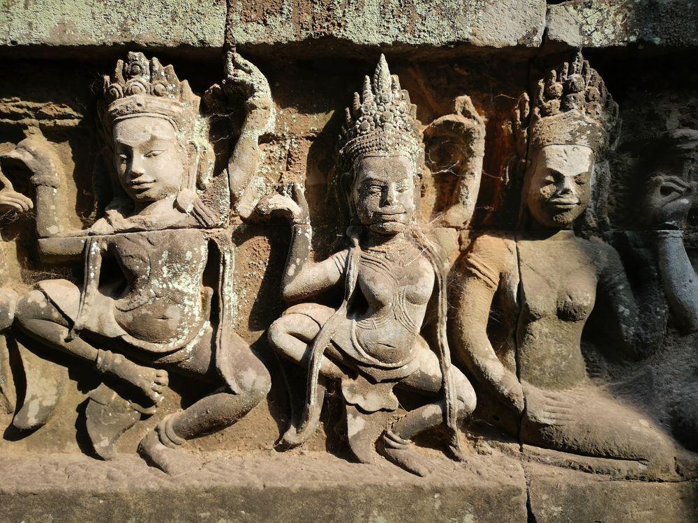 Drei Steinfiguren Angkor Camb P20-20-col