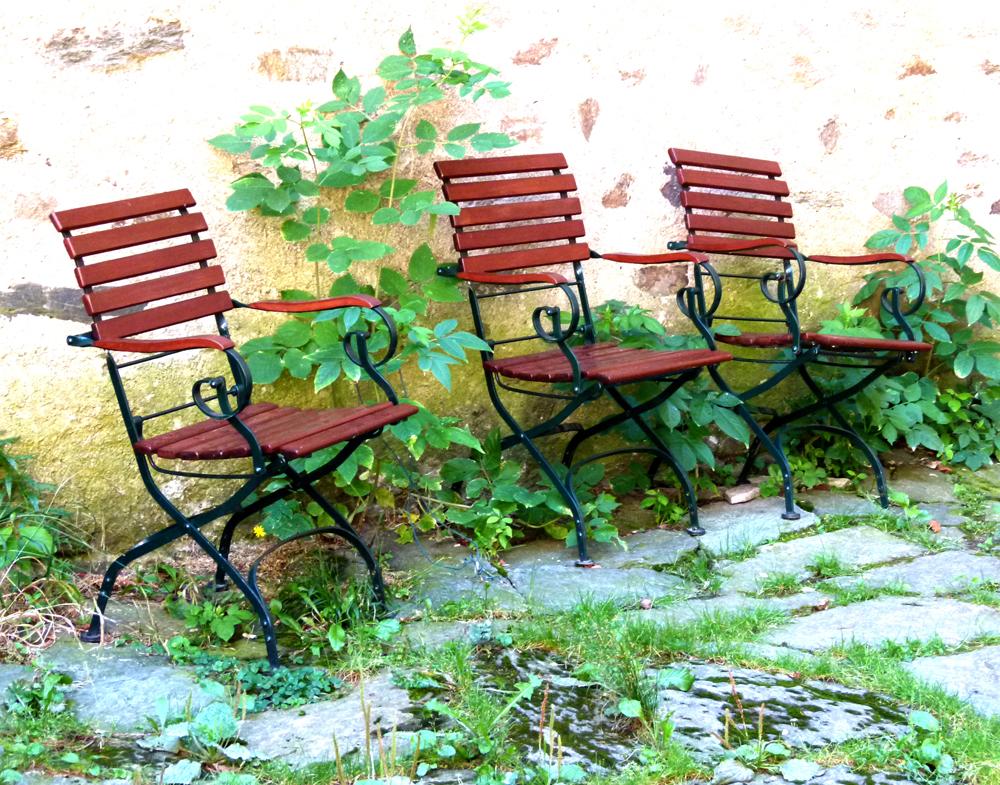 ...drei Stühle...