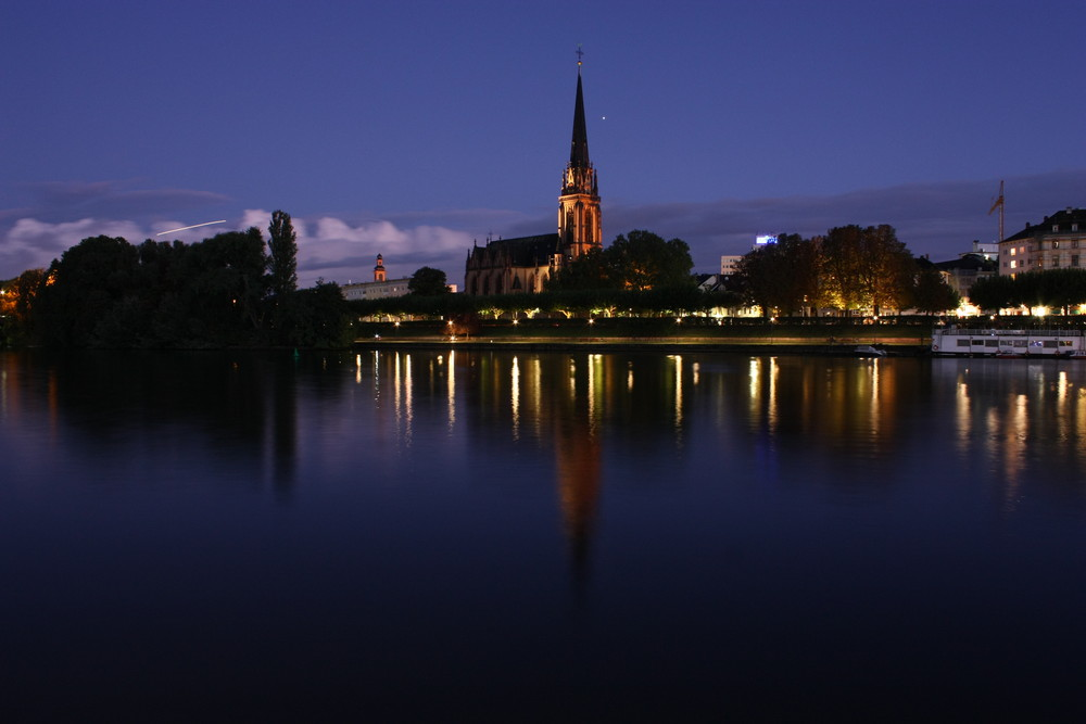 Dreikönigskirche nachts am Main
