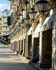 Dreizehn Lampen, sechs Beine, eine Taube in Korfu-Stadt