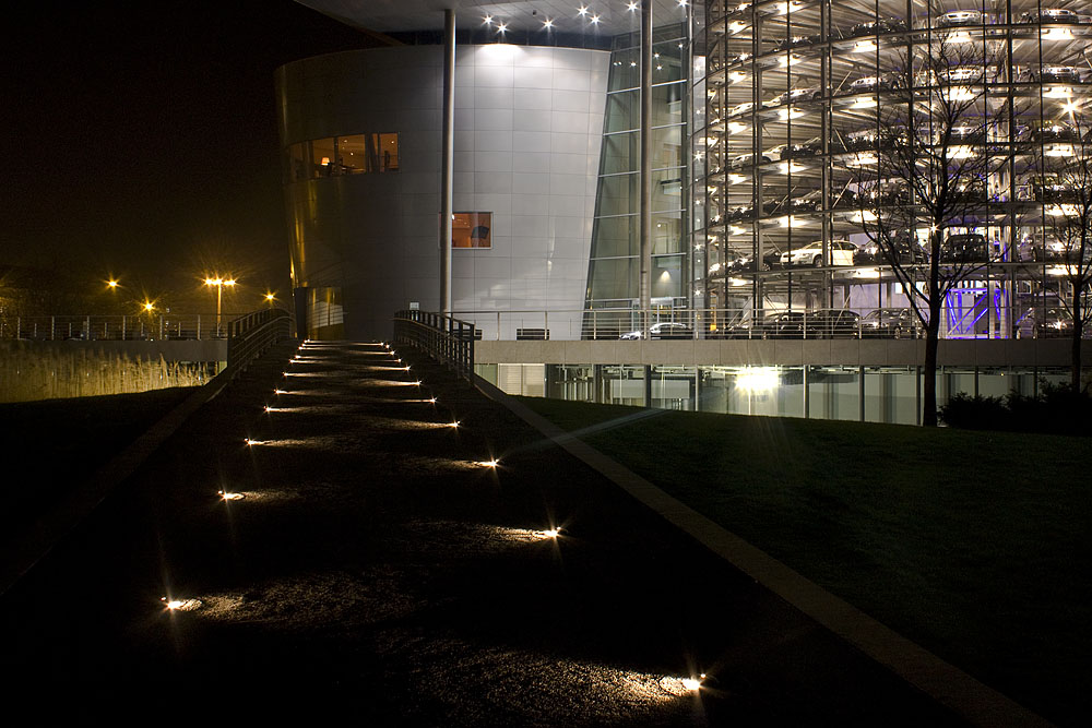 Dresden VW Manufaktur bei Nacht