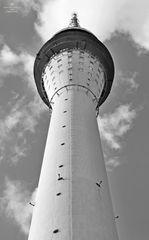 Dresdner Fernsehturm in s/w nah
