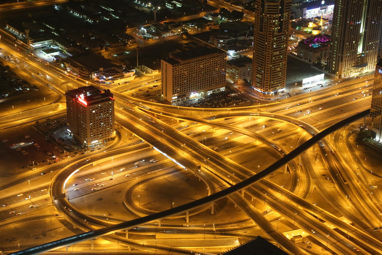Dubai's Autobahn vom Burj Khalifa aus