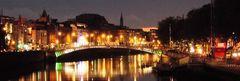 Dublin, Halfpenny Bridge bei Nacht im Oktober 2015