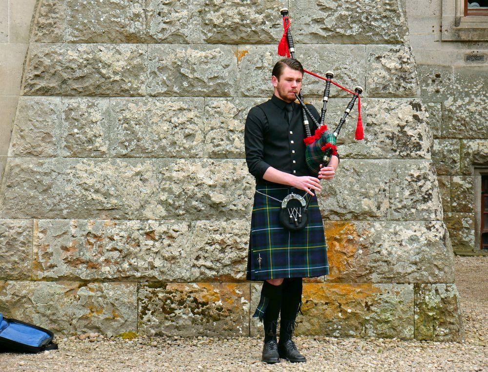 Dudelsackspieler vor Dunrobin Castle