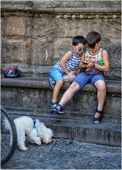 Due bambini e un cagnolino
