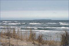 Dünen, Wellen und eine kleine Insel in Sicht...