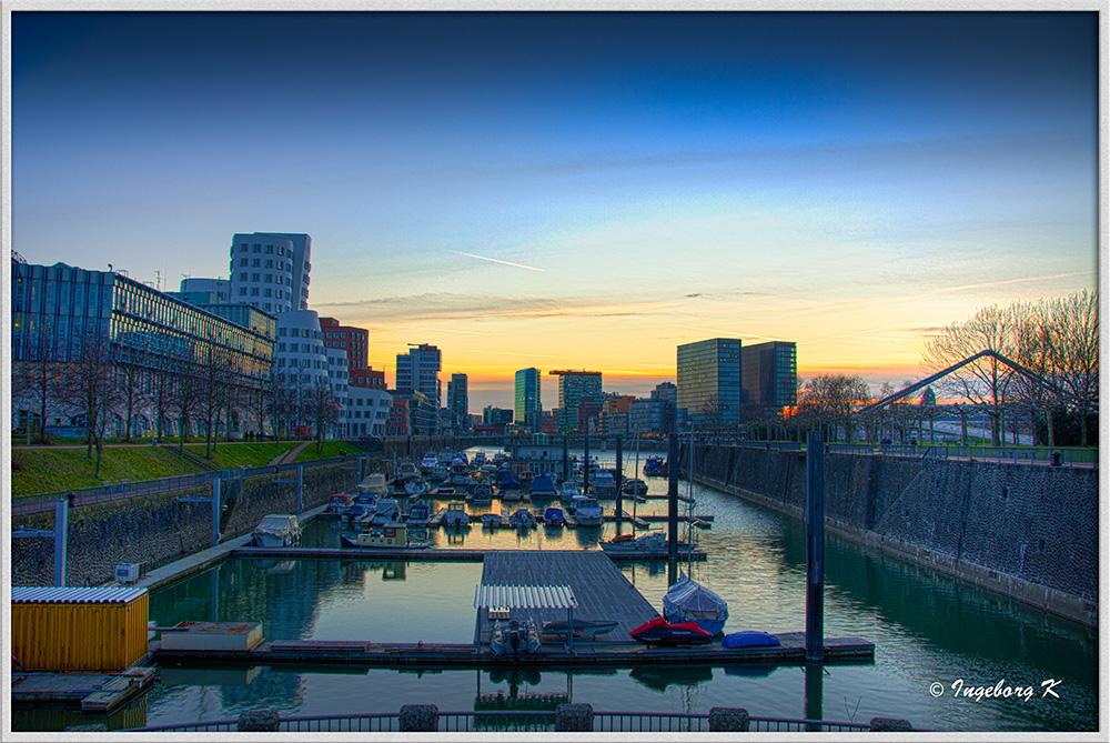 Düsseldorf- Abendstimmung am Medienhafen