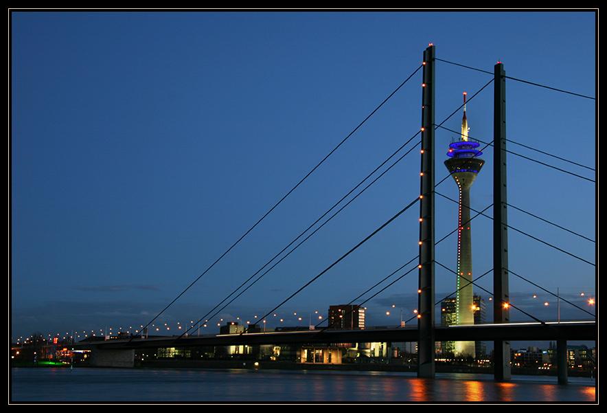 Düsseldorf am Abend bei Hochwasser