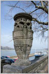 Düsseldorf - am Rheinufer - Radschläger - ein Symbol für Düsseldorf