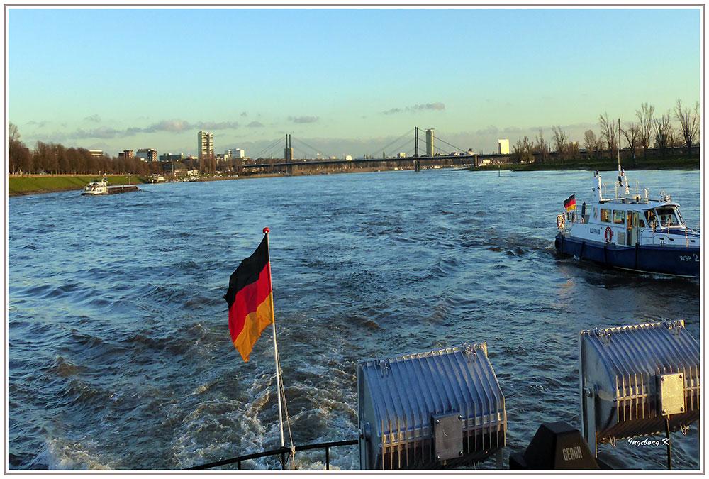Düsseldorf - Auf dem Rhein mit Blick auf die Theodor-Heuss-Brücke