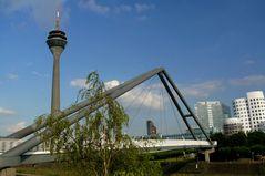 Düsseldorf - Blick durch die Brückenkonstruktion im Medienhafen
