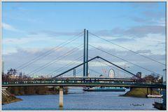 Düsseldorf - Blick vom Medienhafen auf Hafenbrücke, Kniebrücke, Altstadt und Oberkassler Brücke